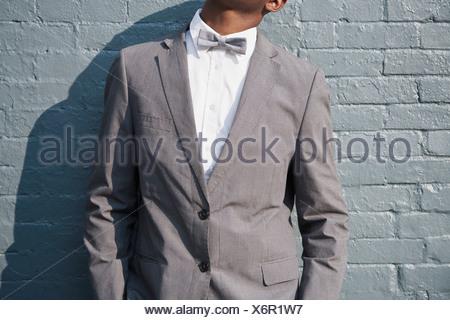 Un hombre vestido con un traje y corbata, central