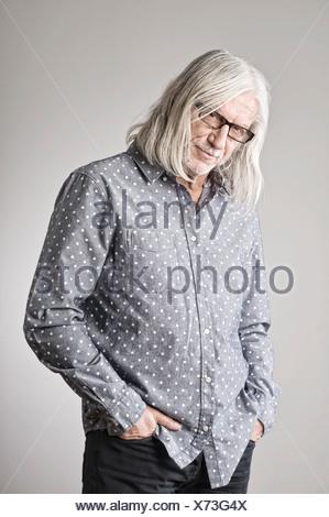 Retrato del hombre maduro, la mano en el bolsillo