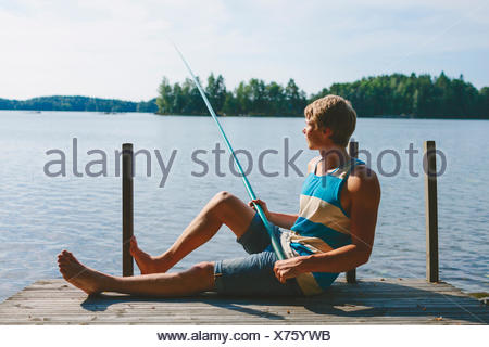 Finlandia, Pirkanmaa, Palkanevesi Salmentaka, Lago, Lago de pesca frente joven pier Foto de stock