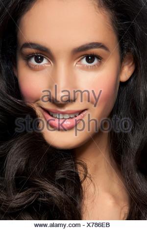Mujer joven sonriente, cerrar Foto de stock