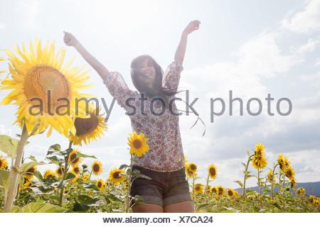 Mujer adulta media en el campo de girasoles