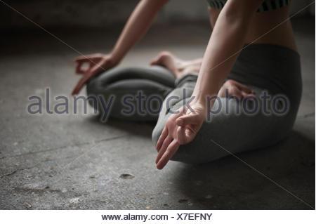 Mujer practicando lotus pose de yoga studio, Munich, Baviera, Alemania