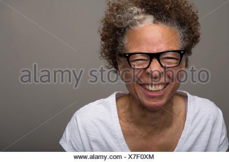 Retrato de estudio de feliz mujer senior