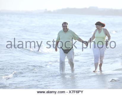 Feliz pareja de ancianos en la playa