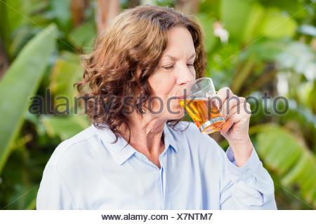 Mujer madura de beber té de hierbas Foto de stock