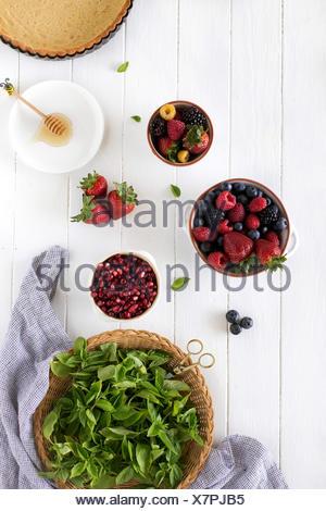 Ingredientes para el verano berry inicio aparece en una placa de madera blanca. Foto de stock