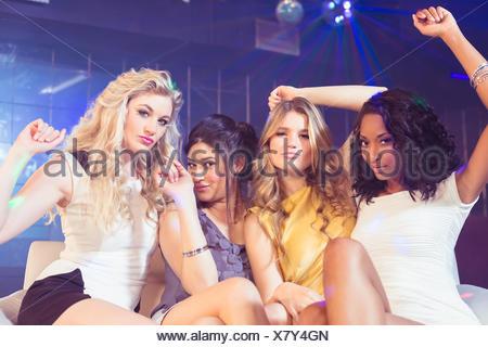 Chicas guapas posando y sonriente
