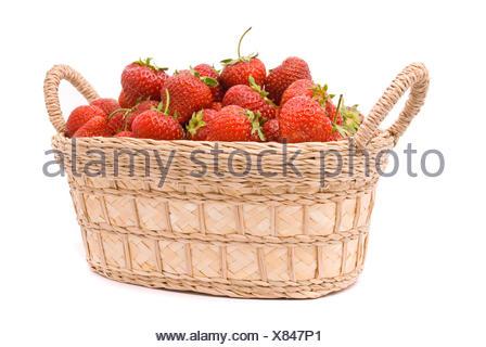 Fresas en cesta de madera aislado en blanco