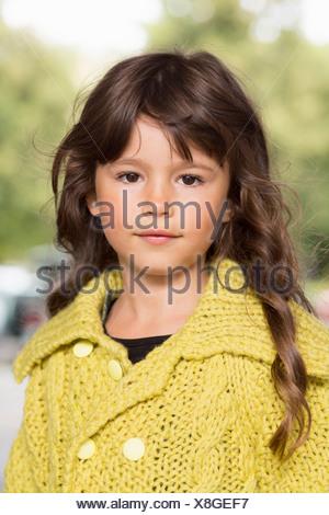 Vestida de jersey amarillo en el exterior