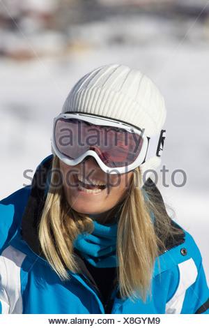 Mujer sonriente vistiendo gafas de esquí