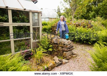 mujer madura exteriores jardiner a llevando el