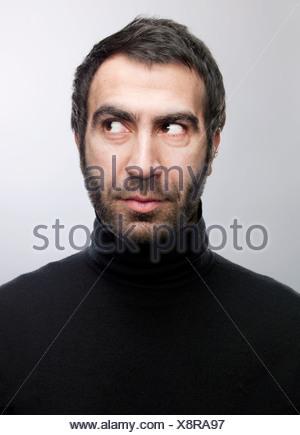 Hombre con barba mirando lateralmente