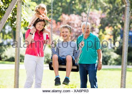 Nieto disfrutando el columpio en el parque