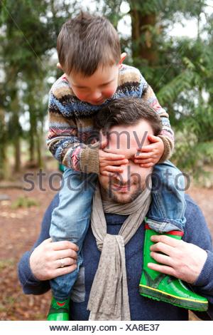 Hijo de padre llevar sobre los hombros