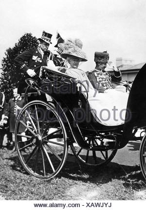 Guillermo II, 27.1.1859 - 4.6.1941, emperador alemán 15.6.1888 - 9.11.1918, con la esposa Empress Augusta Victoria, la apertura del estadio alemán, Grunewald, 21.6.1913, ,