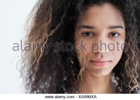 Retrato de una adolescente (16-17) sobre fondo blanco.