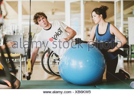 Mitad hombre adulto practicando con pesas durante sesiones de fisioterapia Foto de stock