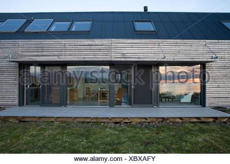 Exterior De La Casa Moderna De Madera Con Terraza Y