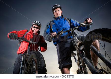 Retrato de dos ciclistas de montaña.