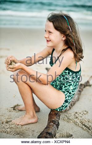 Niña en la playa. Foto de stock