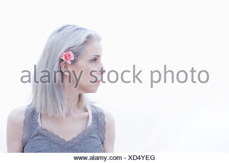 Retrato de mujer madura con flor en el pelo Foto de stock