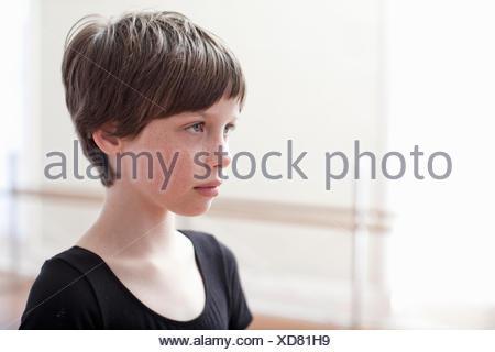 Retrato de sullen girl en ballet school