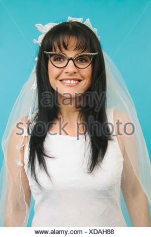 Una novia portando gafas divertidas