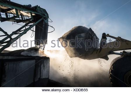 Aumento de vapor de carbón en la luz de la mañana en la mina de carbón superficial