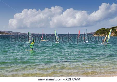 Windsurf en las aguas turquesas del mar Palau provincia de Sassari Cerdeña Italia Europa