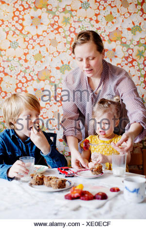 Suecia, Chico y chica (10-11) (2-3) comiendo pastel