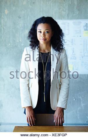 Retrato de calma joven empresaria en Office