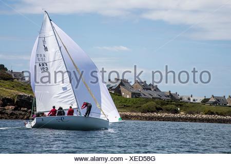 Bote de vela a toda vela y pasando por el viento lleno en el océano y francesas en la costa de Bretaña, Bretaña, Francia