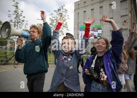 Berlin, Allemagne. Sep 20, 2019. Les jeunes prennent part à une manifestation sur le climat mondial grève en face de la chancellerie fédérale, appelé par le vendredi pour venir. Credit: Christoph Soeder/dpa/Alamy Live News Banque D'Images