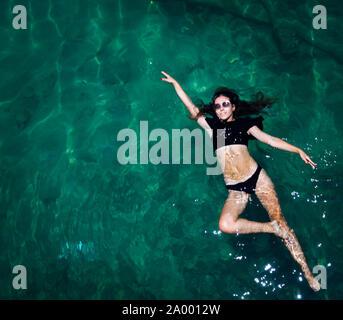 Vue aérienne d'une femme étoile dans la mer