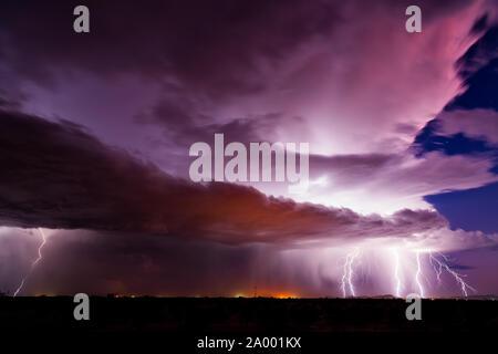 Des éclairs d'un orage de mousson de grève à Wintersburg, Arizona. Banque D'Images