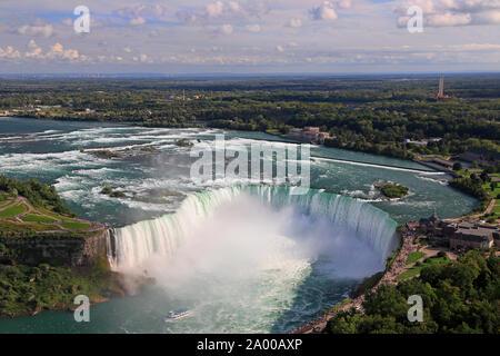 Vue aérienne de Horseshoe Falls y compris Maid of the Mist la voile sur la rivière Niagara, au Canada et USA frontière naturelle Banque D'Images