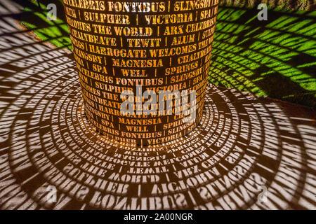 Valley Gardens, Harrogate, Royaume-Uni. 18 Septembre, 2019. Eddie Roberts' sculpture est illuminé la nuit dans la vallée des Jardins, célébrer le patrimoine de la ville et accueille le monde comme l'UCI Championnats du monde ont lieu entre le 21 au 29 septembre 2019 dans et autour de Harrogate North Yorkshire, UK. Credit: pris la photographie lumière/Alamy Live News.