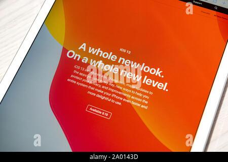 Kiev, Ukraine - le 19 septembre 2019: Gros plan sur l'Apple iPad Pro écran avec l'annonce de la sortie de la nouvelle version iOS 13 Banque D'Images