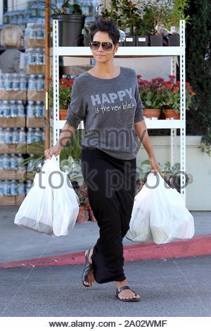 West Hollywood, CA - Le 'Cloud Atlas' star, Halle Berry est de bonne humeur comme elle quitte Bristol fermes aujourd'hui à West Hollywood. On dirait qu'elle est vivante par le message de son pull, 'heureux est le nouveau Noir'. AKM-GSI le 24 octobre 2012 Banque D'Images