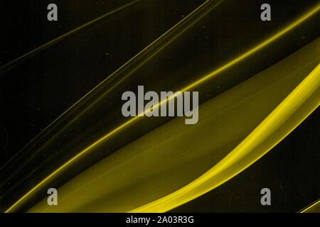 Une véritable traînée de fumée jaune sur un fond noir avec du grain, de la poussière et des rayures qui permet une approche abstraite rétro arrière-plan artistique Banque D'Images