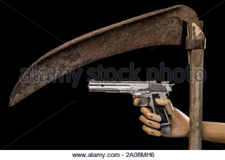Grim Reaper avec pistolet sur fond noir. Avec copie espace texte. Studio Shot. Banque D'Images