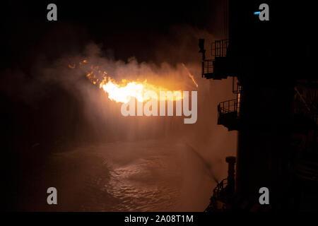 Bien tester le fonctionnement (à la torche) d'un forage de pétrole et de gaz. Énorme feu flamme de gaz contrôlé par le système déluge Banque D'Images