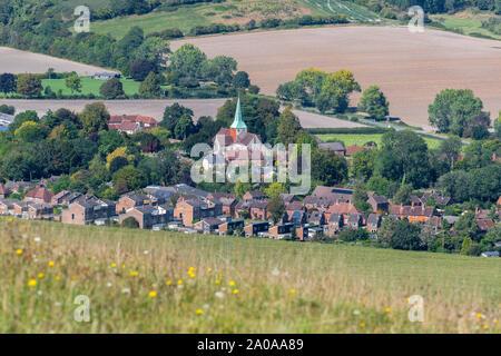 Des vues fabuleuses depuis les Downs de Harting vers le village de South Harting et l'église paroissiale de Saint Mary et Saint Gabriel Harting
