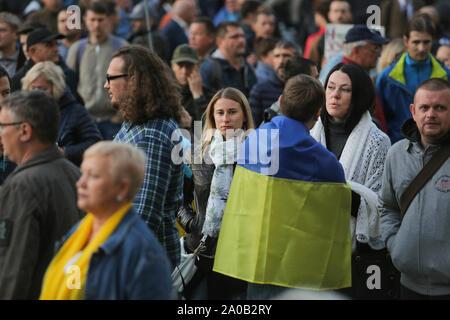Kiev, Ukraine. 19 Sep, 2019. Les gens se rassemblent en face de Bureau présidentiel pour protester à Kiev, Ukraine, le 19 septembre 2019. Des centaines d'Ukrainiens sous le slogan ''Le complot de Norman est une trahison!'' se réunissent à l'avant du bureau présidentiel pour protester contre la mise en œuvre des accords conclus dans le cadre de la formule de M. Steinmeier lors de la réunion. format Normandie Credit: Sergii Kharchenko/ZUMA/Alamy Fil Live News Banque D'Images