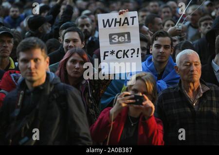 Kiev, Ukraine. 19 Sep, 2019. Les gens se tiennent près d'une pancarte qui dit ''Ze F*ck?!'' comme ils se réunissent à l'avant du bureau présidentiel pour protester à Kiev, Ukraine, le 19 septembre 2019. Des centaines d'Ukrainiens sous le slogan ''Le complot de Norman est une trahison!'' se réunissent à l'avant du bureau présidentiel pour protester contre la mise en œuvre des accords conclus dans le cadre de la formule de M. Steinmeier lors de la réunion. format Normandie Credit: Sergii Kharchenko/ZUMA/Alamy Fil Live News Banque D'Images
