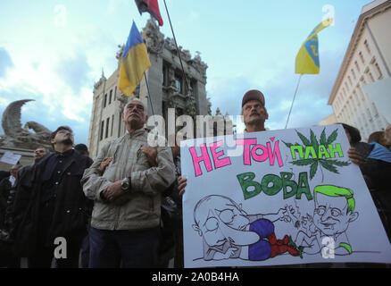 Kiev, Ukraine. 19 Sep, 2019. Les gens détiennent un placard en disant ''C'est un mauvais plan (mot est utilisé à la fois pour la marijuana et le plan), Volodymyr'' comme ils se réunissent à l'avant du bureau présidentiel pour protester à Kiev, Ukraine, le 19 septembre 2019. Des centaines d'Ukrainiens sous le slogan ''Le complot de Norman est une trahison!'' se réunissent à l'avant du bureau présidentiel pour protester contre la mise en œuvre des accords conclus dans le cadre de la formule de M. Steinmeier lors de la réunion. format Normandie Credit: Sergii Kharchenko/ZUMA/Alamy Fil Live News Banque D'Images