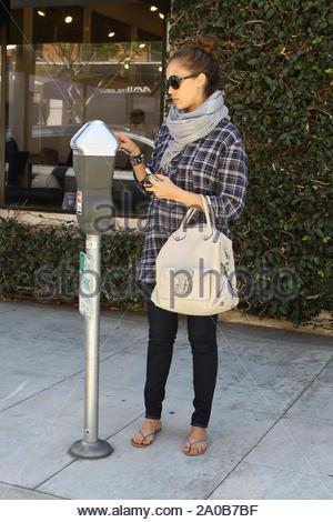 Los Angeles, CA - une enceinte Jessica Alba sort à Beverly Hills, le mardi pour un arrêt à l'ongle de beauté de ses doigts et orteils peints, puis à Barneys New York où Jessica chargé jusqu'à ses bras avec plusieurs sacs. Jessica a admis que le fait d'être enceinte pour la deuxième fois est moins stressant que son premier tour avec sa première fille Honor Marie. GSI Media le 26 avril 2011 Banque D'Images