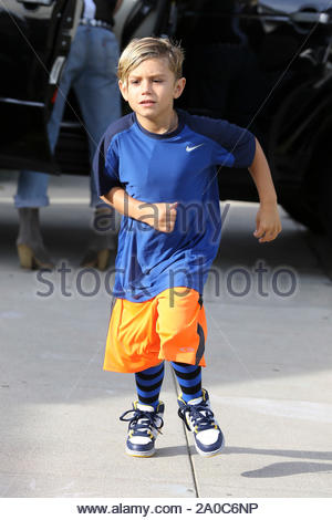 Los Angeles, CA - Rockstar maman Gwen Stefani et ses fils Kingston et Zuma arrivent pour une fête d'anniversaire, Gwen, qui vient d'avoir 43 ans, l'air bien portant un débardeur et jeans déchirés. AKM-GSI 6 Octobre 2012 Banque D'Images