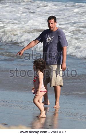 Malibu, CA - Adam Sandler joue dans l'eau avec sa fille Sadie, tandis qu'épouse Jackie garde plus jeune fille dans ses bras. Peu de beaucoup de soleil de l'amour de maman et papa, qui tous deux se relayèrent holding sa sur cette fête du Travail. Kissy joué Sadie avec papa dans ses bras alors que le soleil se couchait pour la soirée. Médias GSI 7 Septembre 2009 Banque D'Images
