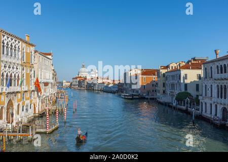 Belle vue de Venise avec Grand Canal, Basilique Santa Maria della Salute et traditionnelles, les gondoles à Venise, Italie